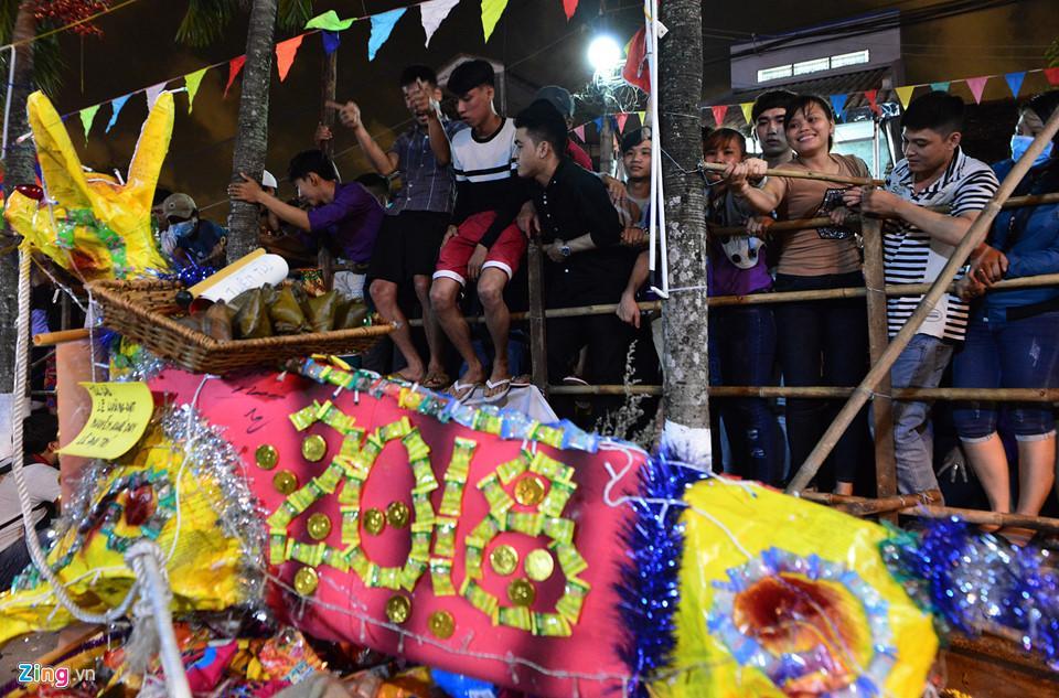 Hàng nghìn người hỗn loạn, giành đồ cúng cầu may giữa đêm ở miền Tây-5