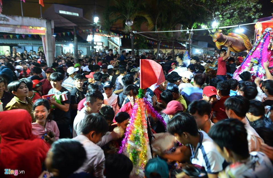 Hàng nghìn người hỗn loạn, giành đồ cúng cầu may giữa đêm ở miền Tây-7