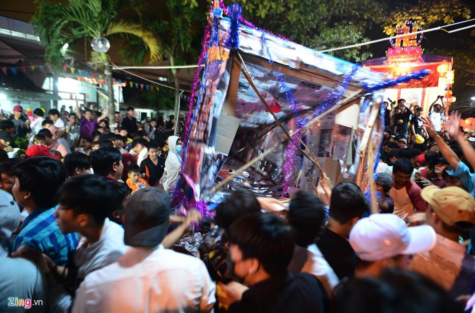 Hàng nghìn người hỗn loạn, giành đồ cúng cầu may giữa đêm ở miền Tây-9