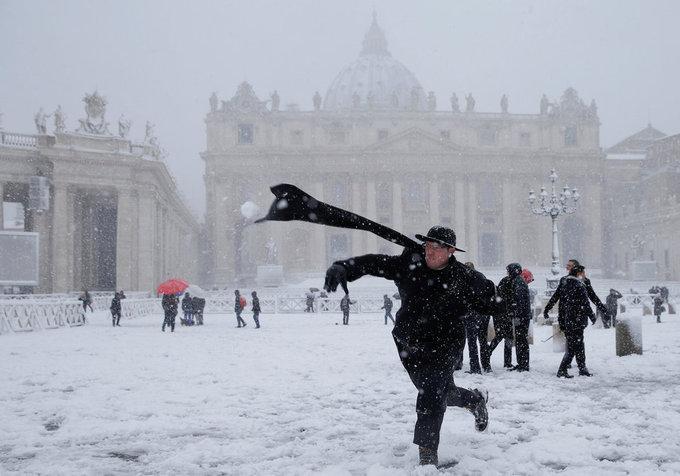 Cảnh tượng cổ tích xưa nay hiếm khi Rome chìm trong tuyết-9