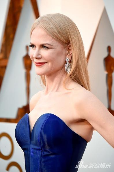 Thảm đỏ Oscar 2018: Nicole Kidman thon thả quyến rũ không kém cạnh đàn em dù đã hơn 50 tuổi-4