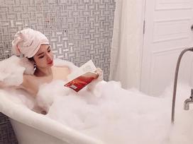Dân mạng thắc mắc Angela Phương Trinh lật sách kiểu gì khi tay ướt nhẹp và đầy xà phòng?