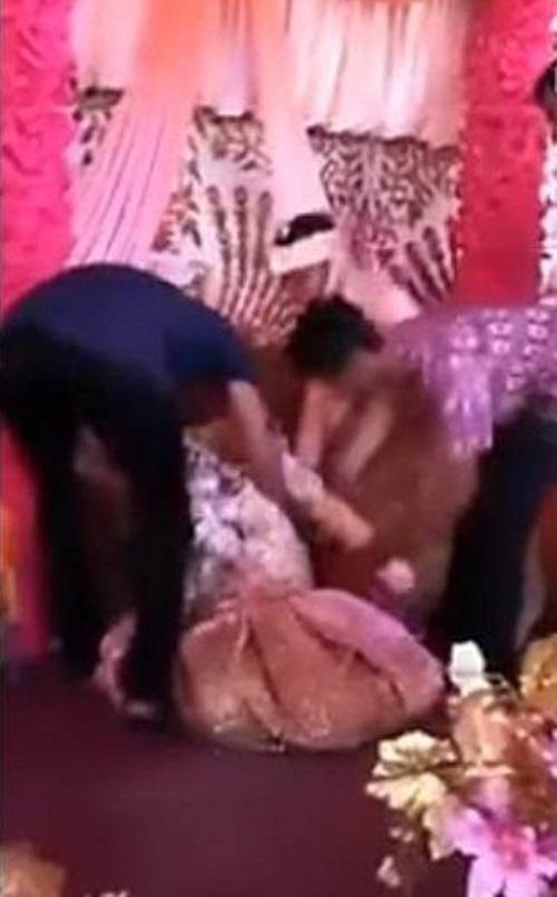 Cô dâu ôm chặt người yêu cũ khóc như mưa trong đám cưới
