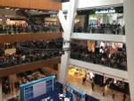 Malaysia: Náo loạn vì 11.000 người xếp hàng mua iPhone giá 50 USD