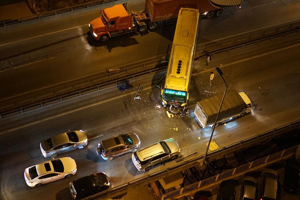 Hà Nội: Xe khách đâm xuyên thanh chắn, vành đai 3 ùn dài trong đêm-1