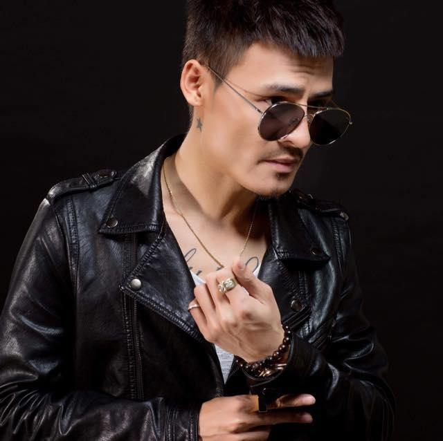 Bị chê bai chất giọng, Hoa Vinh tung clip hát trong quán karaoke-1
