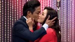 Bất chấp tuổi tác, Quý Bình 'khóa môi' đàn chị Hồng Đào ngay trên sóng truyền hình