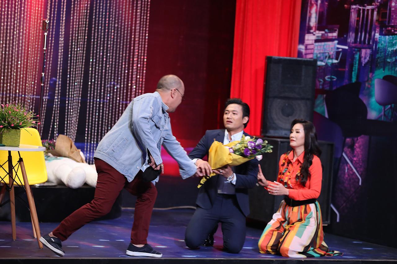 Bất chấp tuổi tác, Quý Bình khóa môi đàn chị Hồng Đào ngay trên sóng truyền hình-1