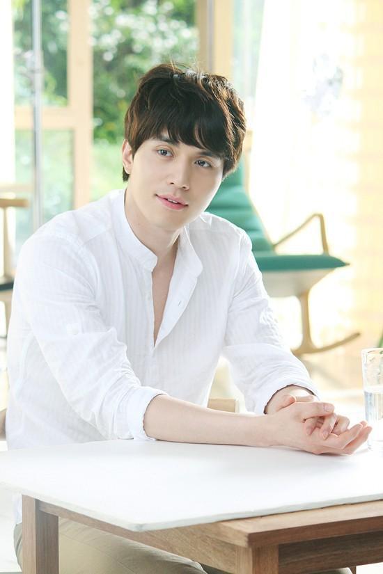 Ngắm nhan sắc và gu thời trang của Lee Dong Wook mới thấy Suzy đang hẹn hò với một... cực phẩm-2