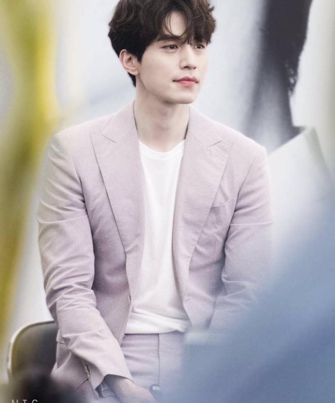 Ngắm nhan sắc và gu thời trang của Lee Dong Wook mới thấy Suzy đang hẹn hò với một... cực phẩm-4