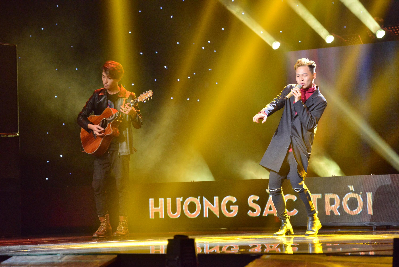 HLV Lê Minh Sơn liên tục vỗ tay khi nghe ca khúc viết về phận người chuyển giới bán hoa-2