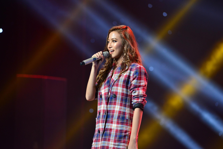 HLV Lê Minh Sơn liên tục vỗ tay khi nghe ca khúc viết về phận người chuyển giới bán hoa-5