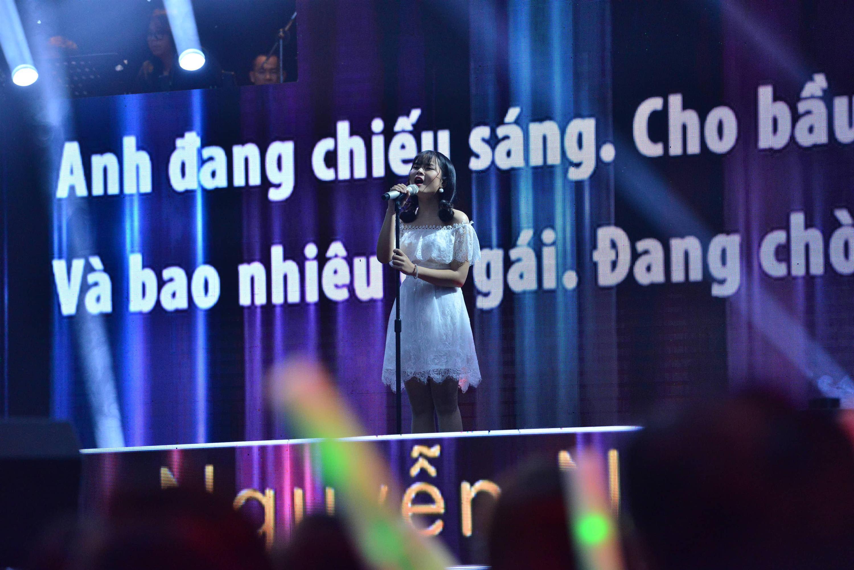 HLV Lê Minh Sơn liên tục vỗ tay khi nghe ca khúc viết về phận người chuyển giới bán hoa-6