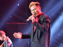 HLV Lê Minh Sơn liên tục vỗ tay khi nghe ca khúc viết về phận người chuyển giới bán hoa
