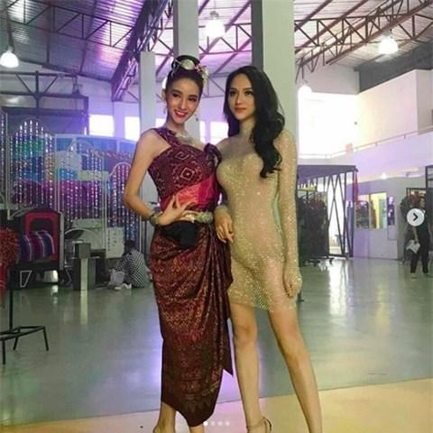 Á Hậu nước chủ nhà Thái Lan Yoshi Rinrada chúc mừng tân hoa hậu Hương Giang Idol-10