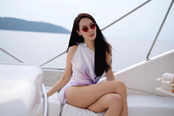 Thần sắc 'nóng bỏng' của cựu Hoa hậu chuyển giới vừa trao lại vương miện, Hương Giang nên học hỏi ngay và liền!-7