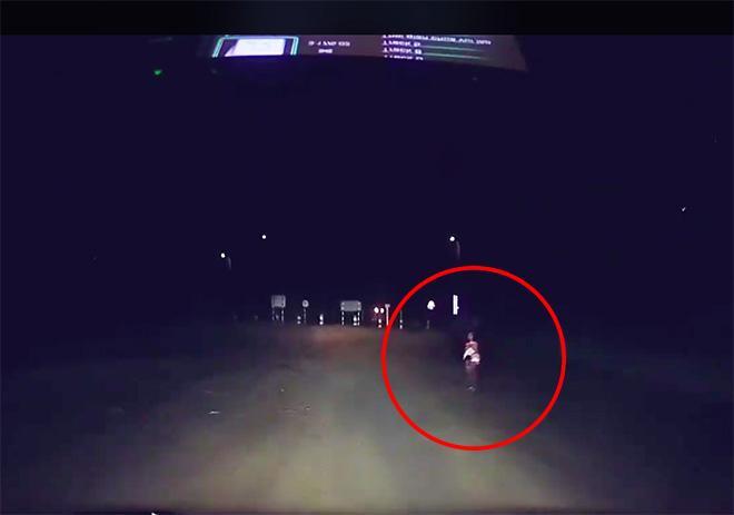 Clip: Chồng nghệ sĩ Hồng Vân cứu bé gái 11 tuổi bán vé số bị kẻ xấu dụ dỗ hút cộng đồng mạng-1