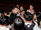 Bị fan 'quây kín' thành quen, Noo Phước Thịnh bình tĩnh nán lại chụp hình cùng fan cuồng
