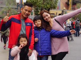 Những nụ cười ấm áp của con trai Jennifer Phạm bên bố dượng