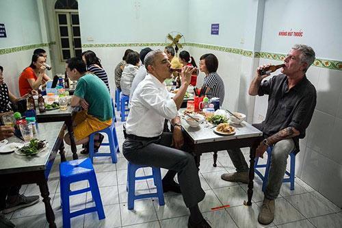 Đầu bếp ăn bún chả cùng ông Obama chính thức lên tiếng về sự việc bàn ăn lồng kính-1