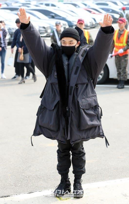 Big Bang Taeyang lên đường nhập ngũ, quỳ gối cảm ơn người hâm mộ-1