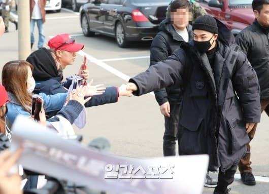 Big Bang Taeyang lên đường nhập ngũ, quỳ gối cảm ơn người hâm mộ-3
