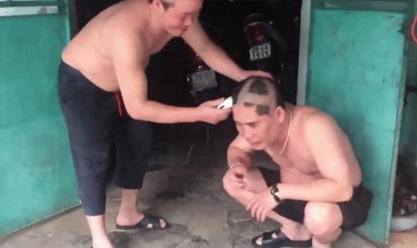 Hai người đàn ông trung niên chơi oẳn tù tì cạo đầu khiến giới trẻ cười ra nước mắt-1