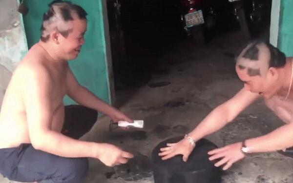 Hai người đàn ông trung niên chơi oẳn tù tì cạo đầu khiến giới trẻ cười ra nước mắt-2