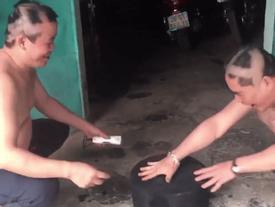 Hai người đàn ông trung niên chơi oẳn tù tì cạo đầu khiến giới trẻ 'cười ra nước mắt'