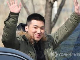 Big Bang Daesung cười tươi hết nấc, nối gót bạn bè đi nhập ngũ