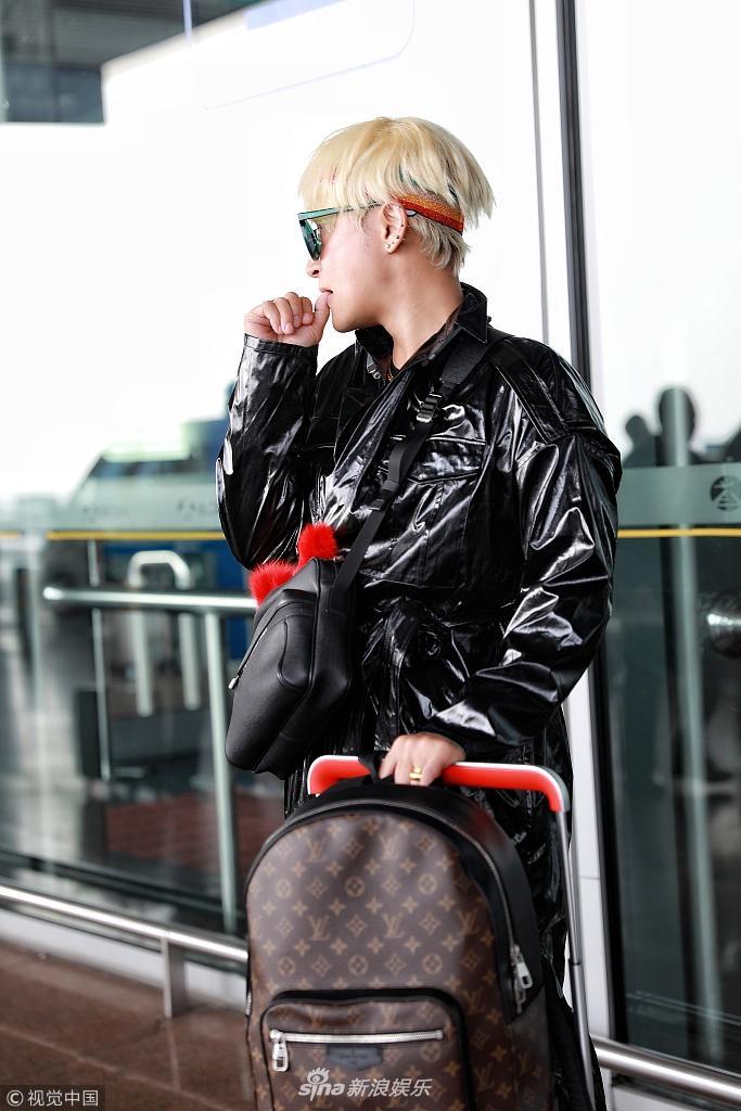 Style sân bay Đông Tây kim cổ lẫn lộn, ai đã làm Nhĩ Thái Trần Chí Bằng thành ra thế này?-3