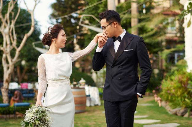 MC Chúng tôi là chiến sĩ tung ảnh cưới đẹp long lanh với vợ xinh đẹp-6