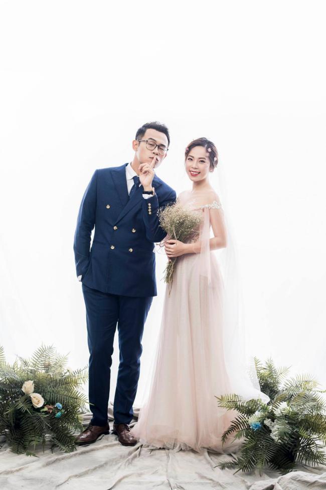 MC Chúng tôi là chiến sĩ tung ảnh cưới đẹp long lanh với vợ xinh đẹp-2