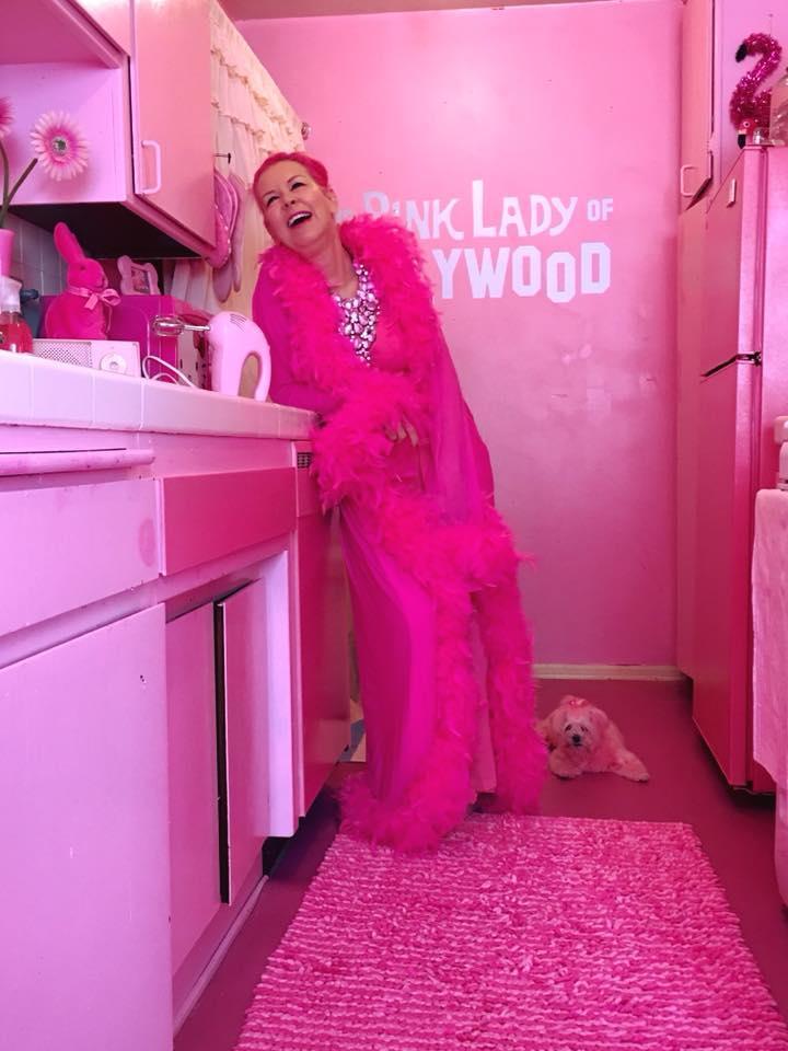 Chiêm ngưỡng căn phòng độc lạ của quý bà U50 cuồng màu hồng nhất thế giới-9