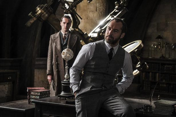 Lộ dung mạo thời trẻ của thầy Dumbledore trong phim tiền truyện Harry Potter-1