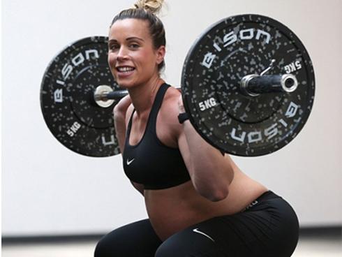 Mẹ bầu 8 tháng nâng tạ nặng hơn 60 kg
