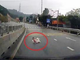 Cha mẹ bé 8 tháng trần tình phút lơ là để con bò qua đường