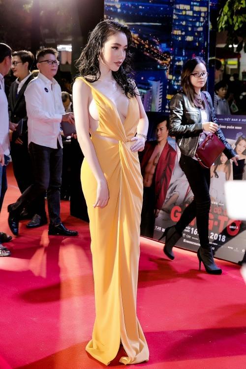 Elly Trần - trang phục hở bạo.