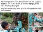 Bé trai 5 tuổi lao động nặng nhọc phụ gia đình khiến triệu người rơi lệ