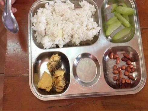 Hà Nội: Phụ huynh 'tố' nhà trường cắt xén bữa ăn bán trú, học sinh tiểu học ăn cơm 'đạm bạc'
