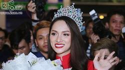 Sân bay Tân Sơn Nhất 'vỡ trận' khi tân Hoa hậu Chuyển giới Hương Giang trở về