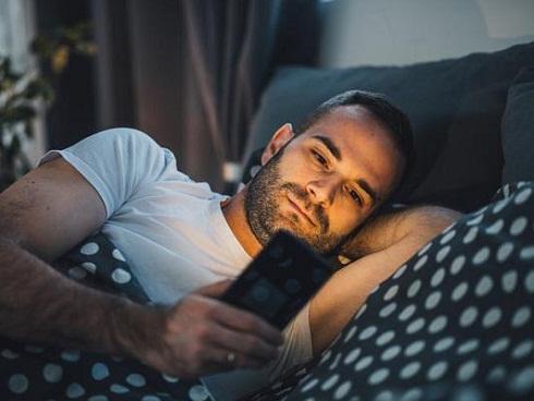 Rước bệnh tật đầy người vì thói quen dùng điện thoại vào ban đêm