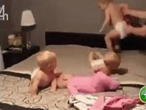 Bà mẹ quay cuồng với bốn đứa nhóc siêu quậy