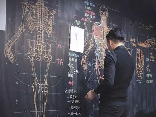 Thầy giáo Đài Loan nổi tiếng nhờ khả năng vẽ cực đỉnh
