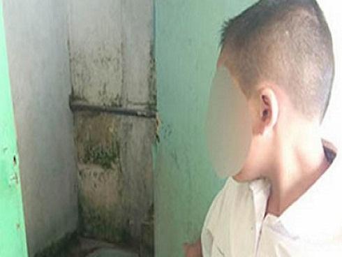 Học sinh Indonesia phải liếm nhà vệ sinh 12 lần vì quên làm bài tập