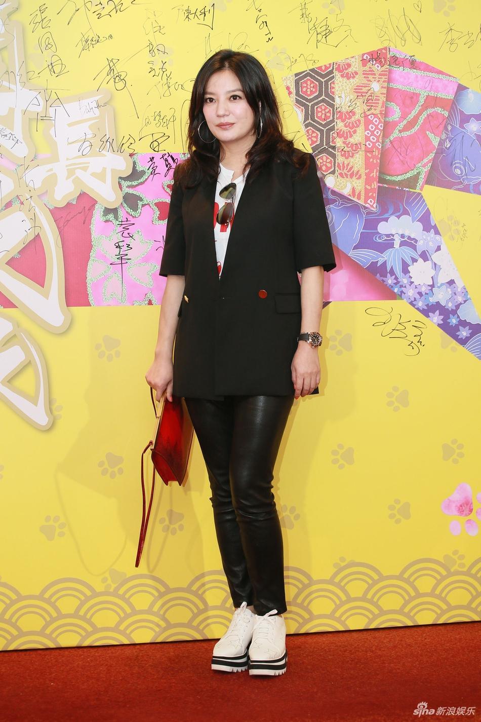 Nữ diễn viên Triệu Vy trở thành tâm điểm thu hút mọi ống kính phóng viên với gương mặt chảy xệ kém sắc.