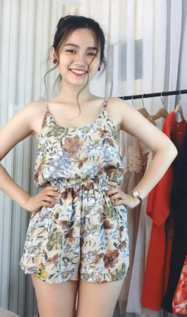 Thử đồ cho một shop online, cô gái bỗng nổi như cồn vì quá xinh