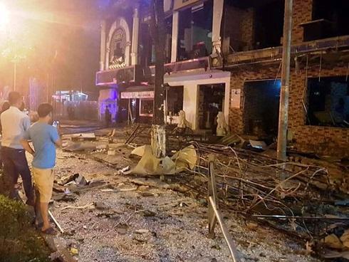 Nhà hàng lẩu nướng tan hoang sau vụ nổ lúc nửa đêm