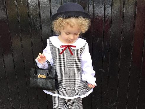 Cô bé 2 tuổi 'đọc vanh vách' tên các hãng thời trang hàng hiệu