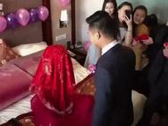 Cô dâu troll chú rể 'thót tim' trong ngày cưới